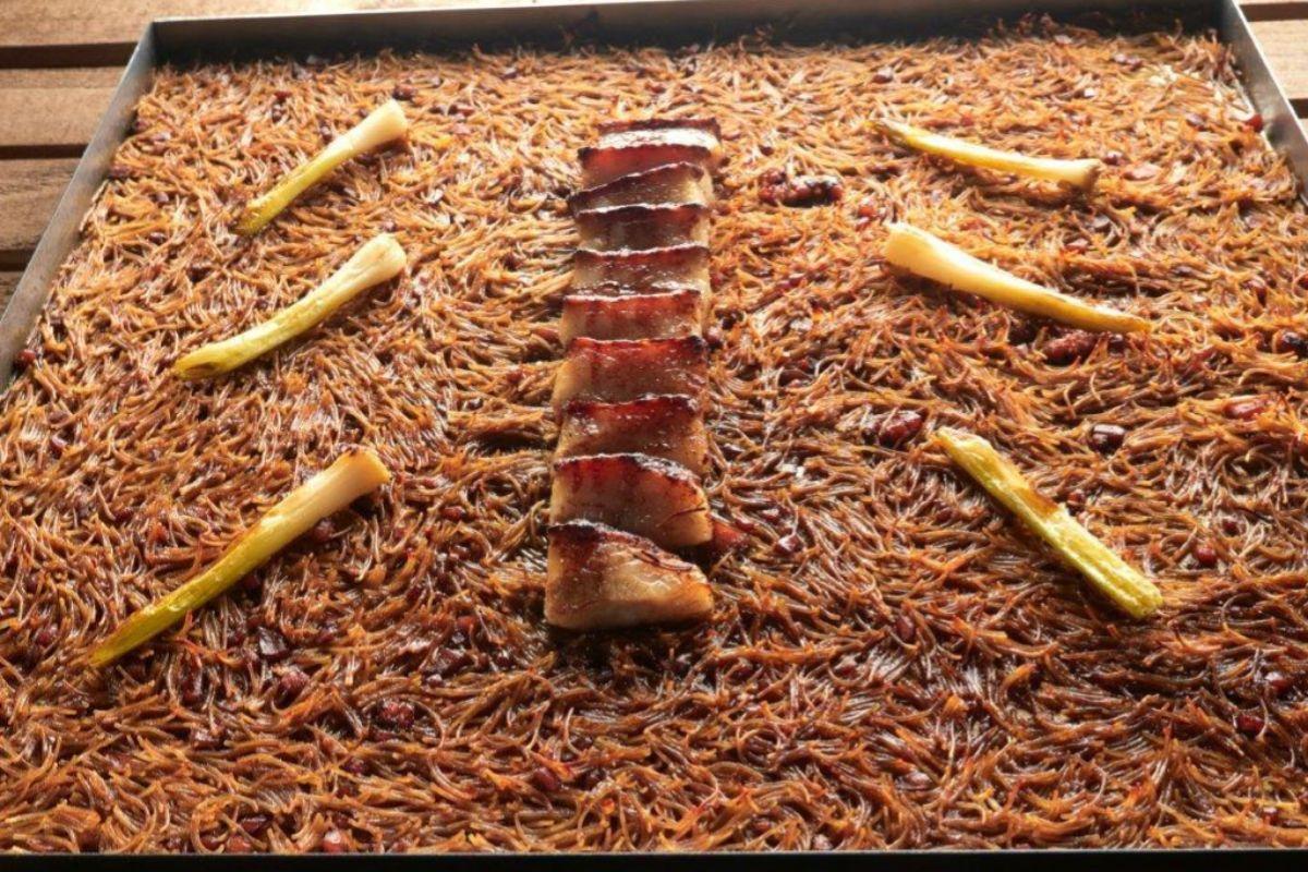 Crunchy fideua: belly pork a baja temperatura, rematado en plancha, con ajetes.