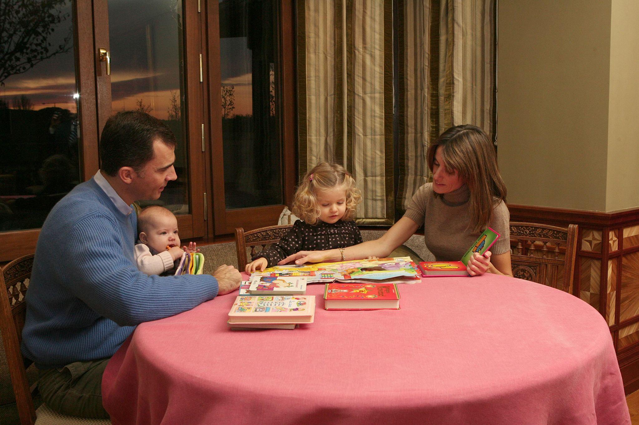 Los entonces Príncpes con sus hijas en un salón de su casa en el año 2007