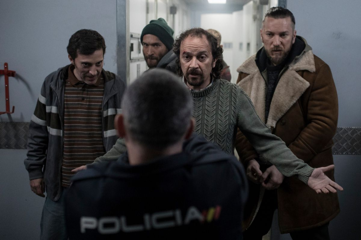 Una escena en la que los presos se amotinan (entre otros, interpretados por Andrés Gertrúdix y Luis Callejo) en el interior del furgón blindado.