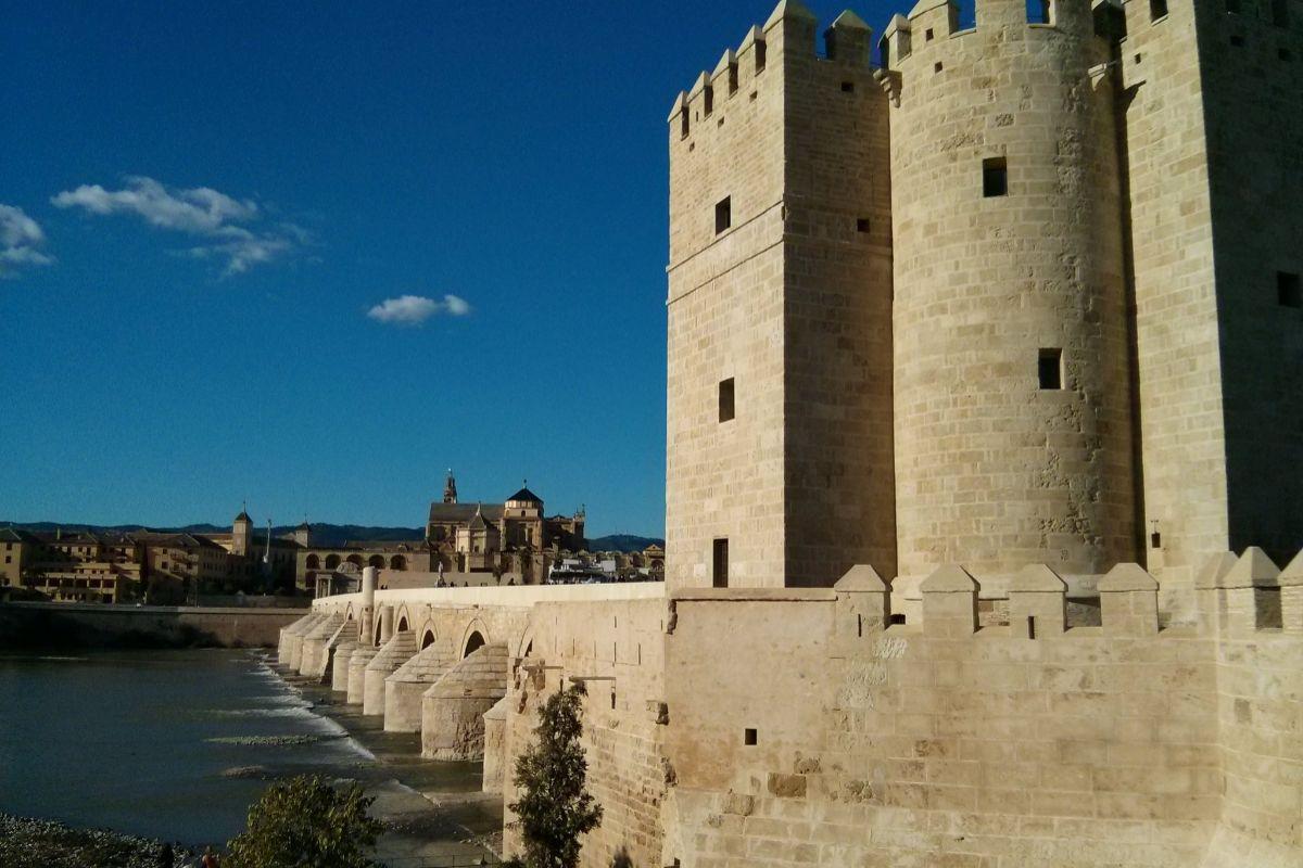 Torre de Calahorra y Puente Romano, Córdoba.