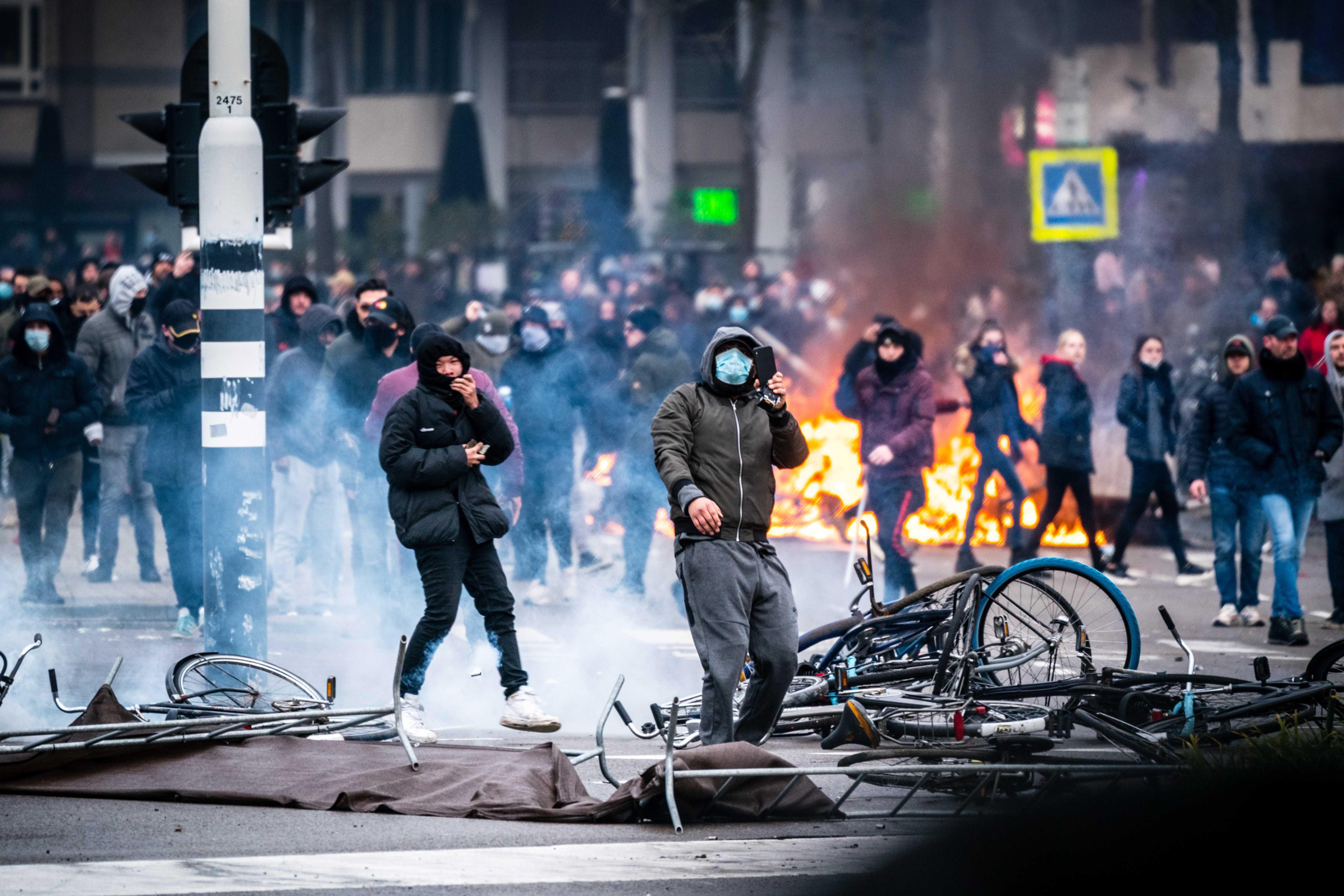 Protestas contra el coronavirus en Eindhoven (Países Bajos).