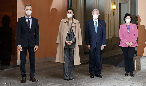 Doña Letizia con el ministro de Ciencia e Innovación, Pedro Duque, y otros miembros del Consejo.