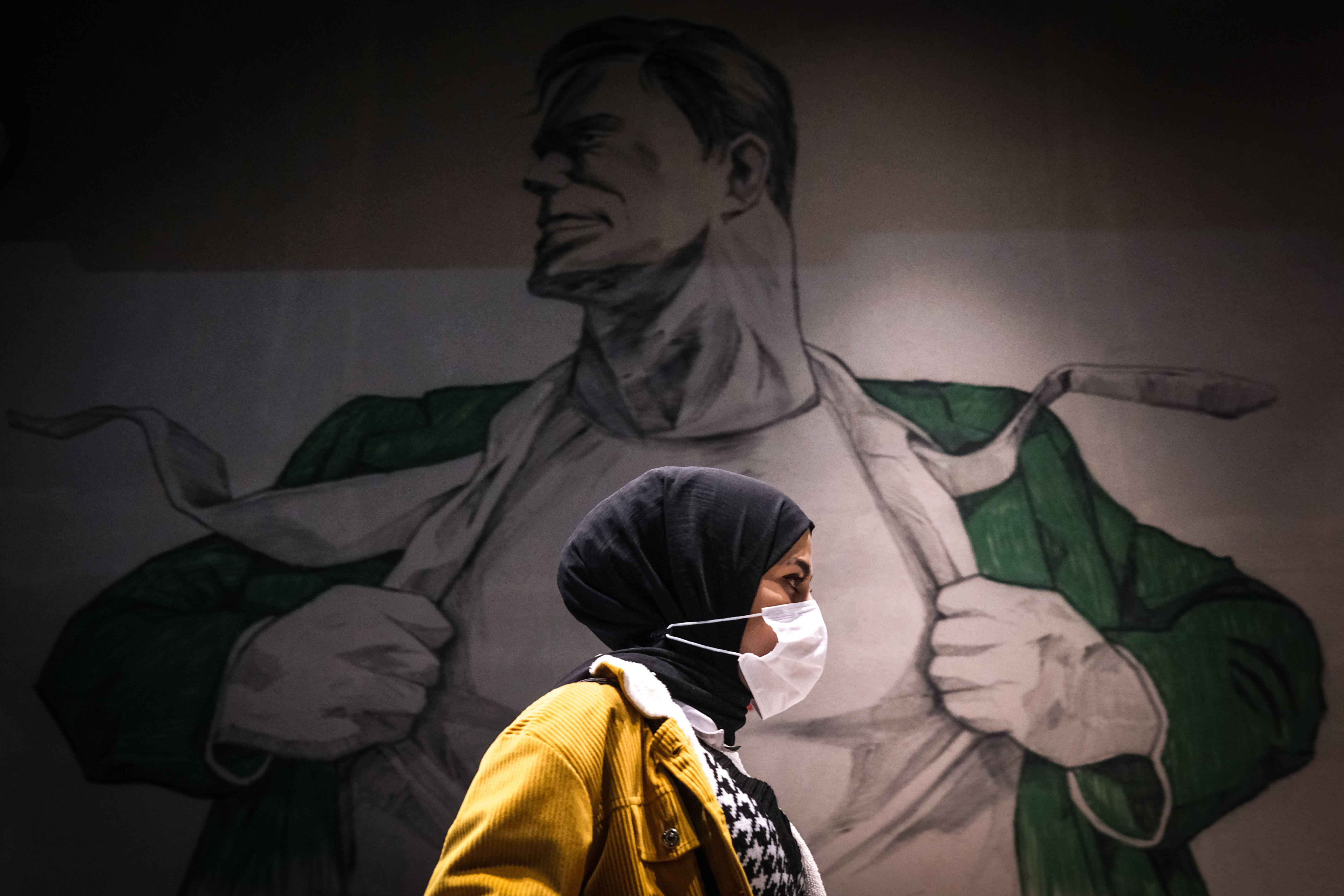 زنی با نقاب در خیابانی در استانبول.