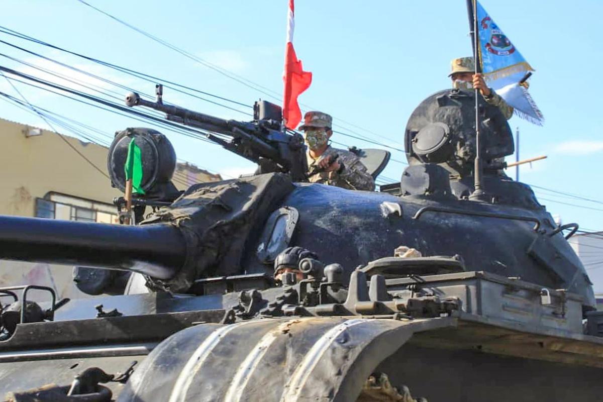 Tanques en la ciudad fronteriza de Tumbes.