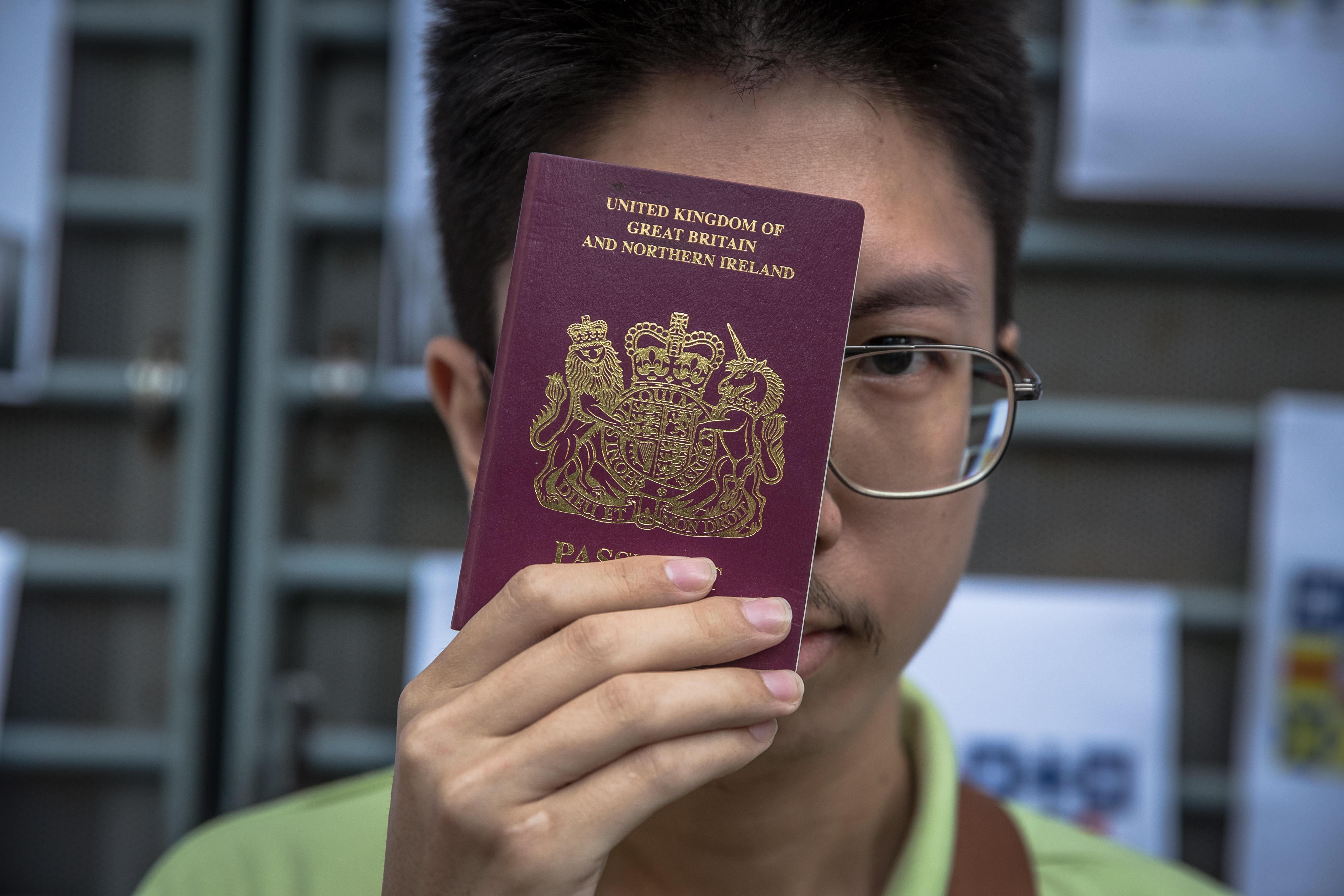 Un activista sujeta un pasaporte británico en Hong Kong.