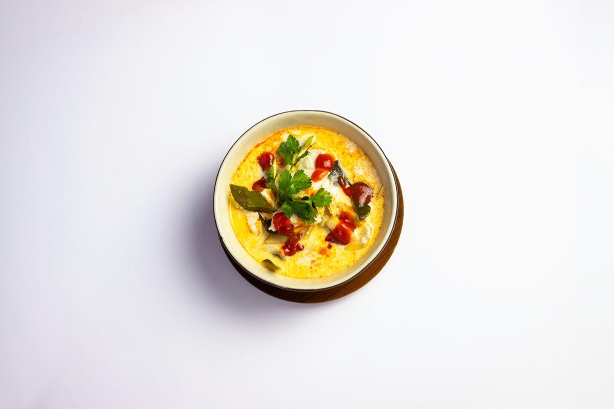 Tom Kha Kai. Sopa de pollo y leche de coco con galangal (jengibre azul), chiles rojos, lima kaffir, hierba limonera y zumo de lima.