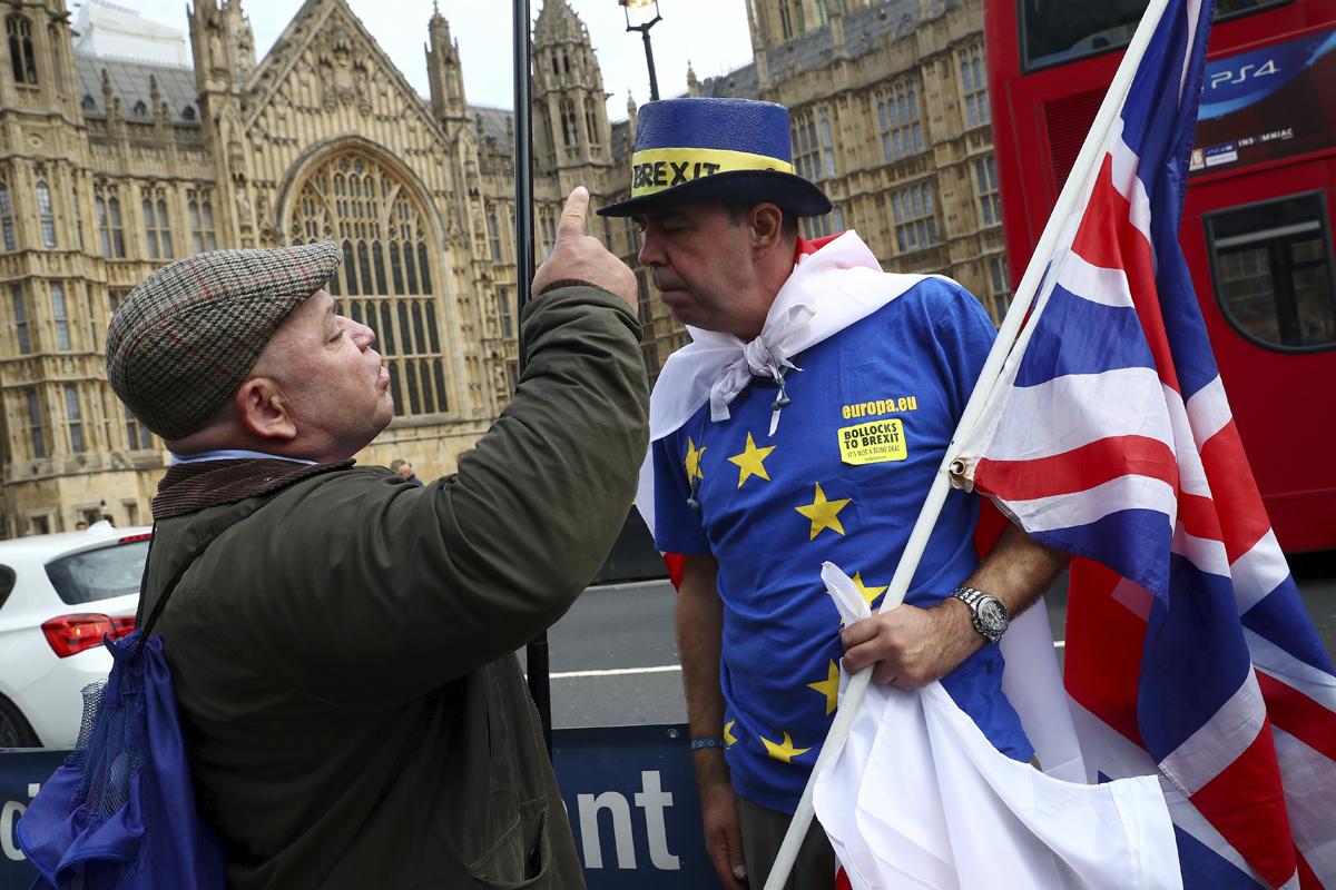 یکی از طرفداران و بدخواهان Brexit در خارج از وست مینستر بحث می کند.