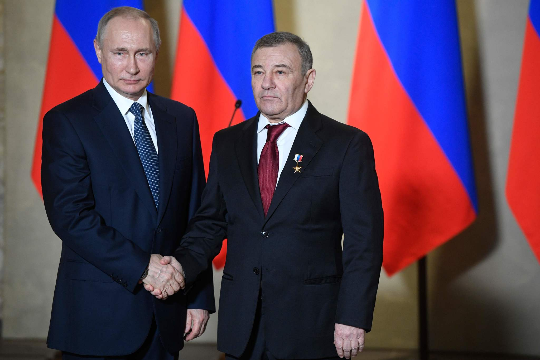 ولادیمیر پوتین (چپ) با آرکادی روتنبرگ مارس گذشته در مسکو