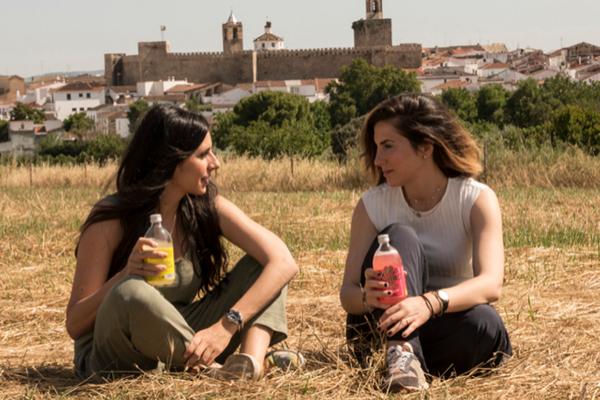 Beatriz Magro y Nuria Morales, en Frenegal de la Sierra, el pueblo de la kombucha.   Efeagro/K