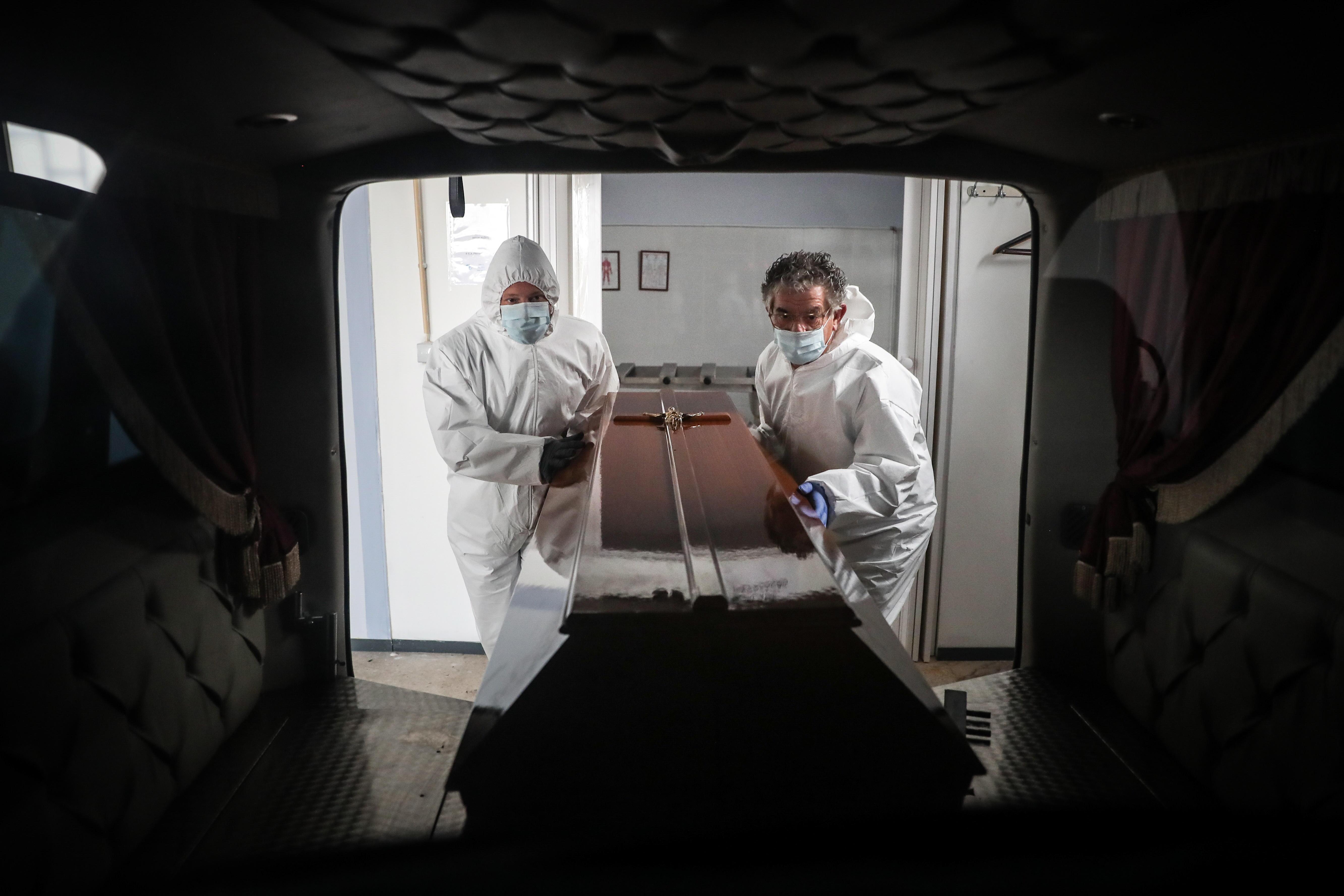 کارگران تشییع جنازه در بیمارستان آمادورا.