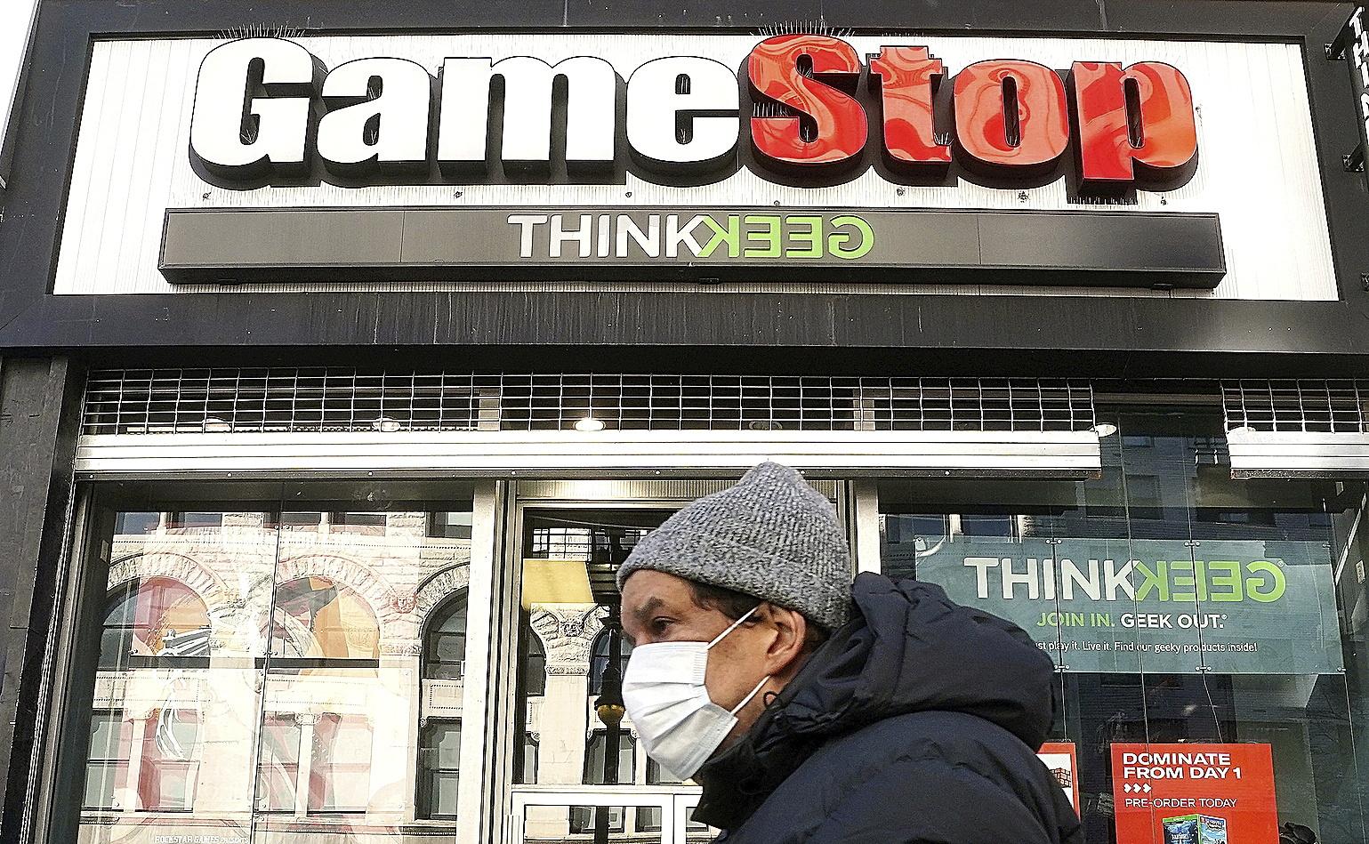 Un hombre pasa ante una tienda de GameStop en Nueva York.