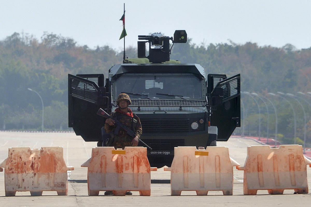 Un soldado bloquea la carretera que lleva al Parlamento, en Naipyidó.