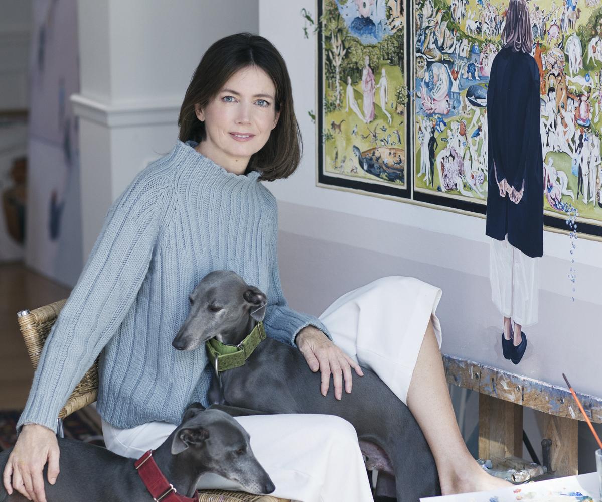 Paula Varona, en su estudio, con sus perros Pollock y Rothko.