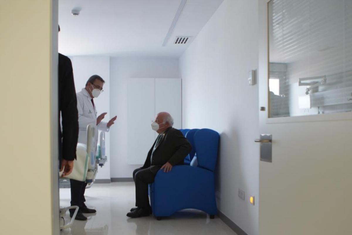 El consejero de Salud, Jesús Aguirre (sentado), recibe las explicaciones de un responsable durante la visita al nuevo Hospital de Emergencias Covid.