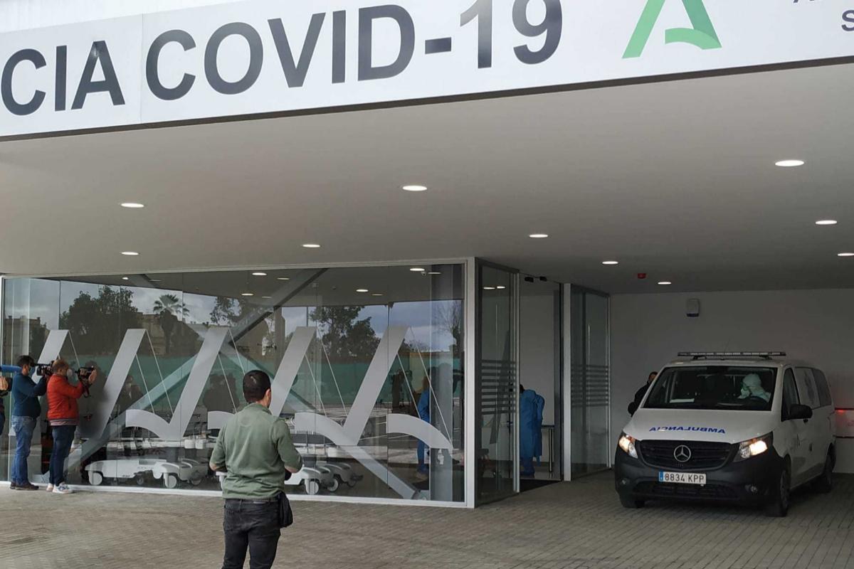 Una ambulancia llega hasta las puertas del Hospital de Emergencias Covid de Sevilla, con el primer paciente del centro.
