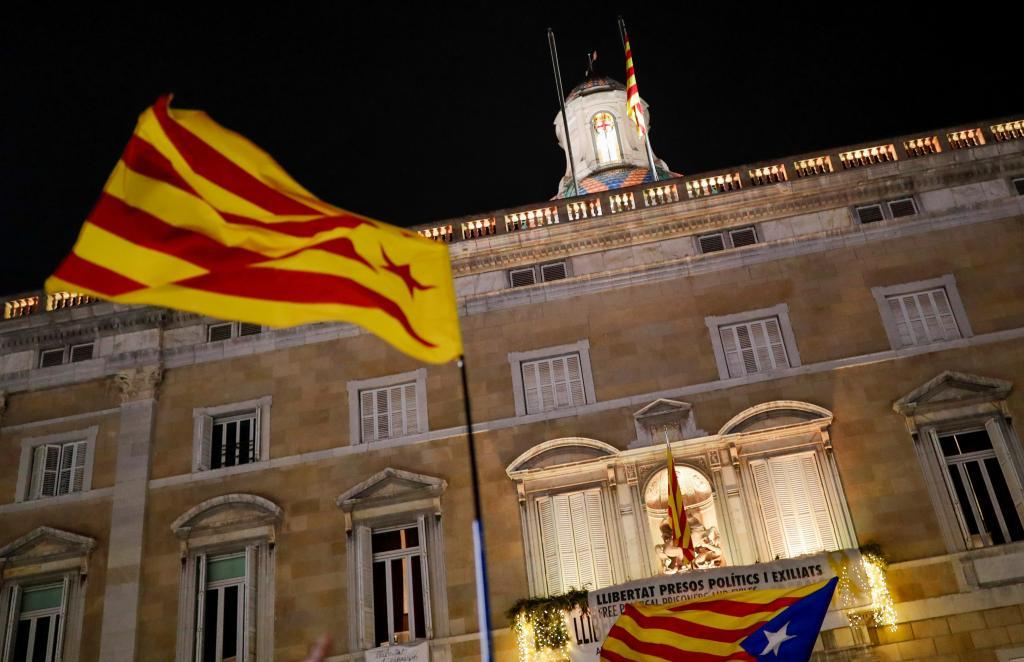 Una estelada ondea frente al Palau de la Generalitat.