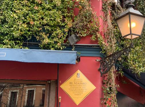 Imagen de la placa conmemorativa que desde febrero de 2021 luce El Viajero, bar de La Latina.