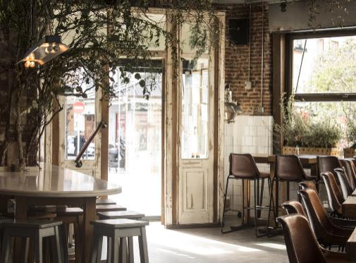 El bar abrió sus puertas reformado en el año 1995, y esta zona a pie de calle funciona como restaurante.