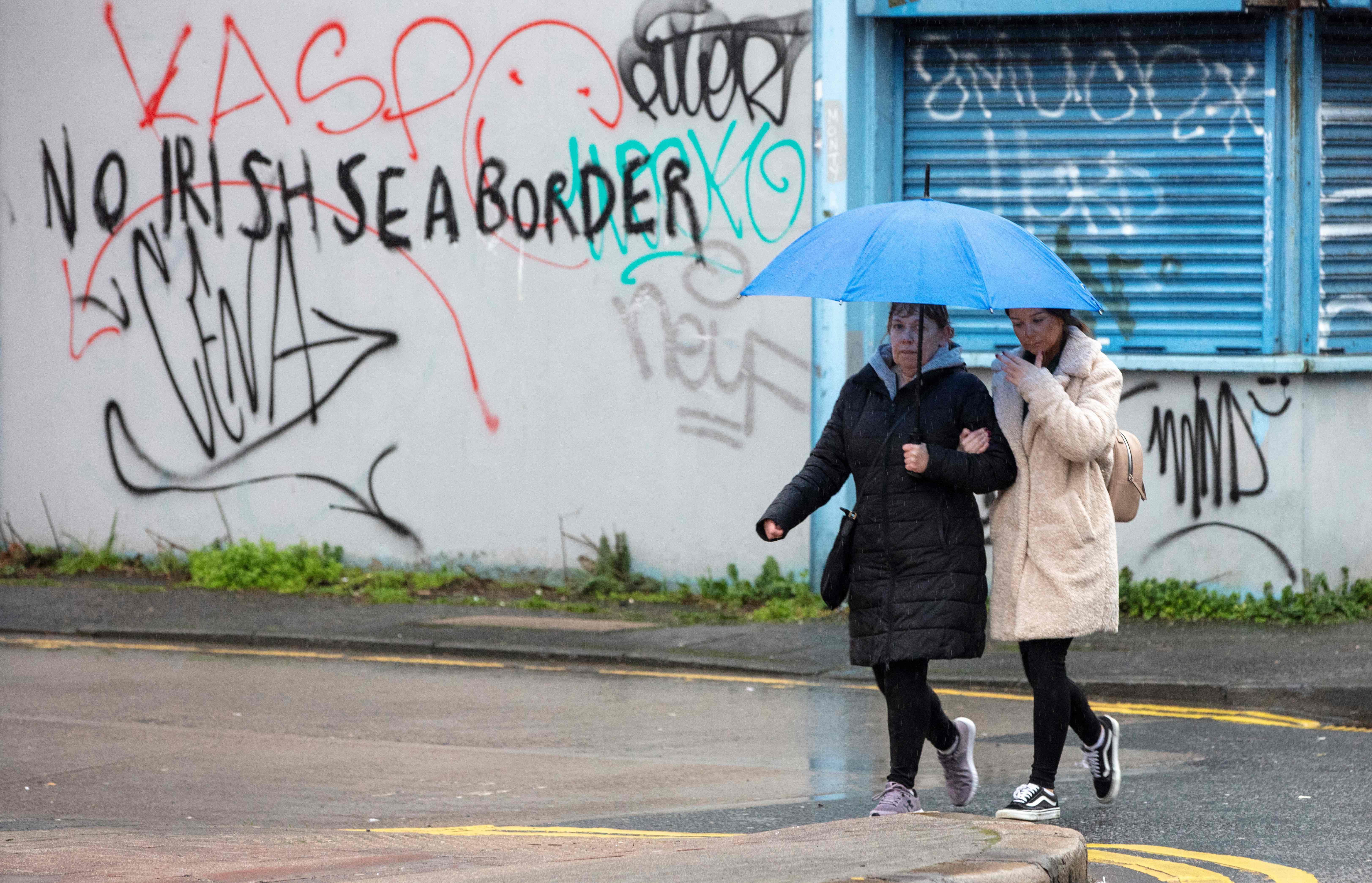 Uno de los grafitis en contra de la frontera marítima de Irlanda.