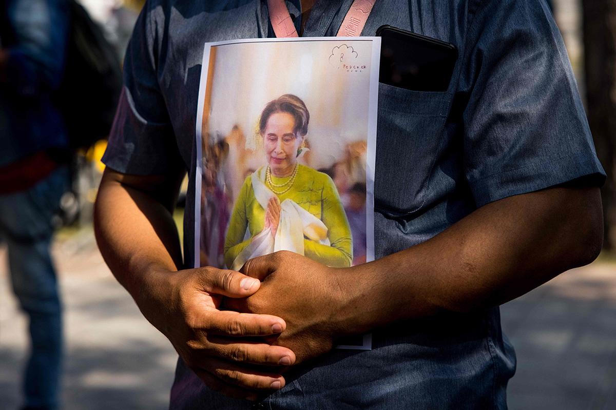 یک معترض در بانکوک با عکسی از آنگ سان سوچی.