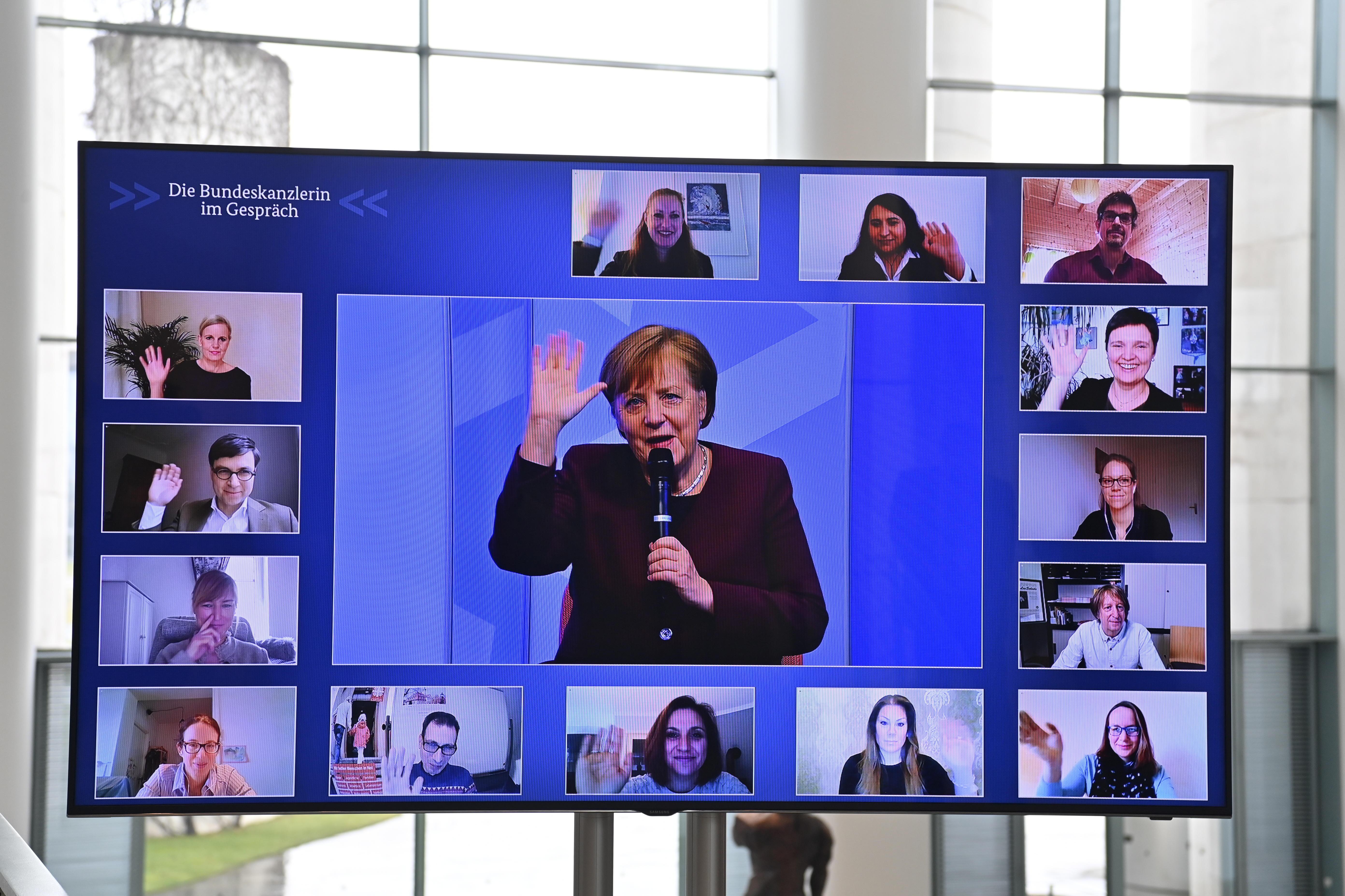 La canciller alemana, Angela Merkel, este jueves durante una charla con padres.