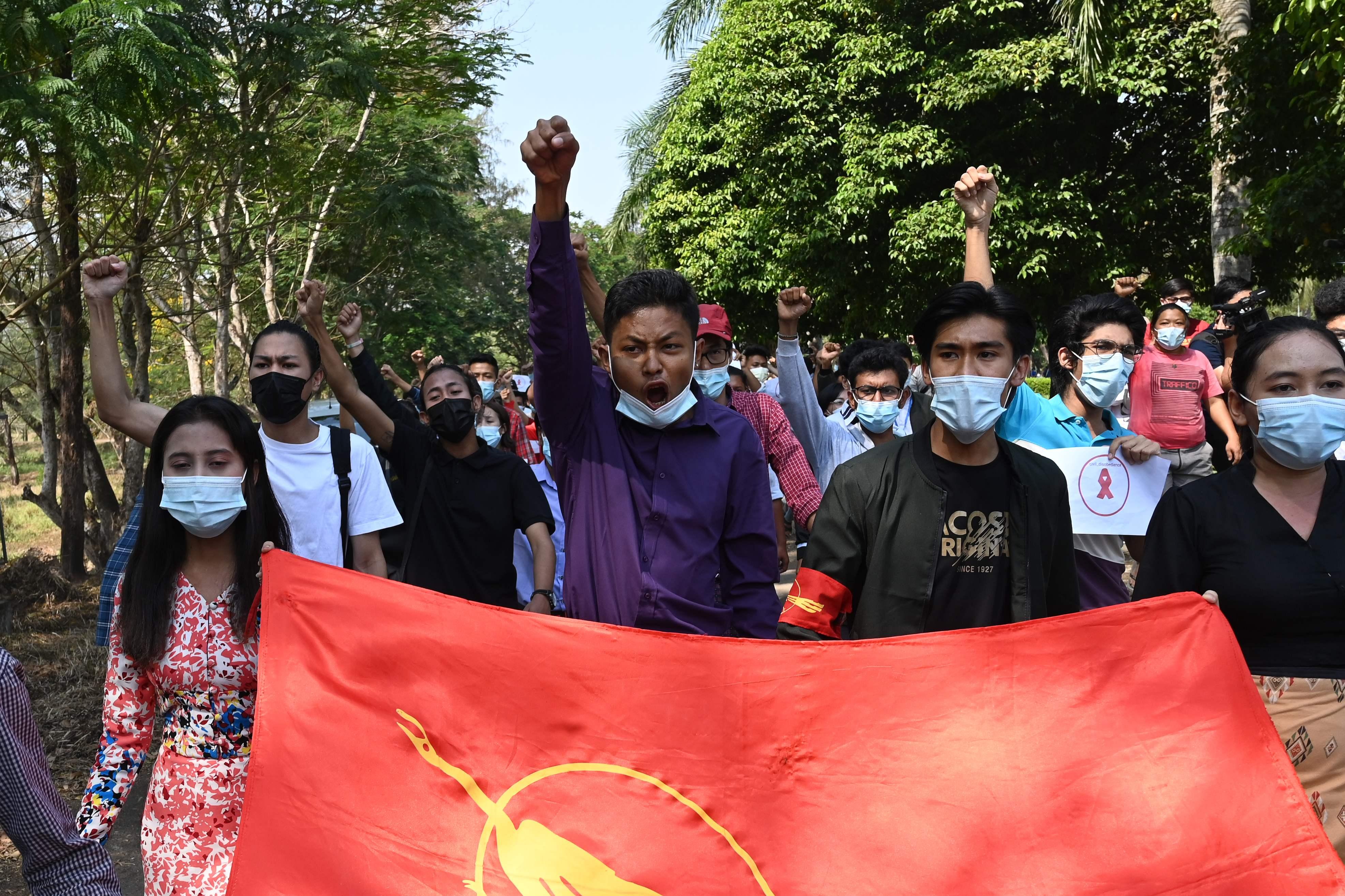 Estudiantes marchan contra el golpe, hoy, en Rangún.