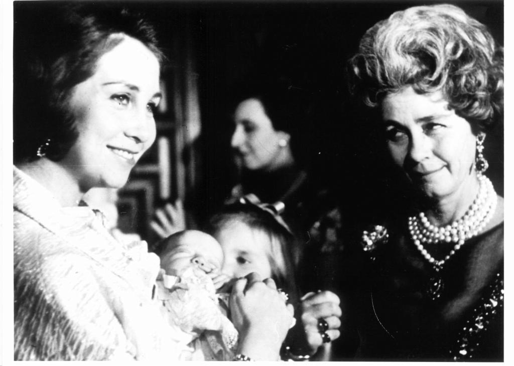 La Reina Sofía sostiene a una recién nacida Infanta Cristina en sus brazos ante la atenta mirada de su madre, la reina Federica.
