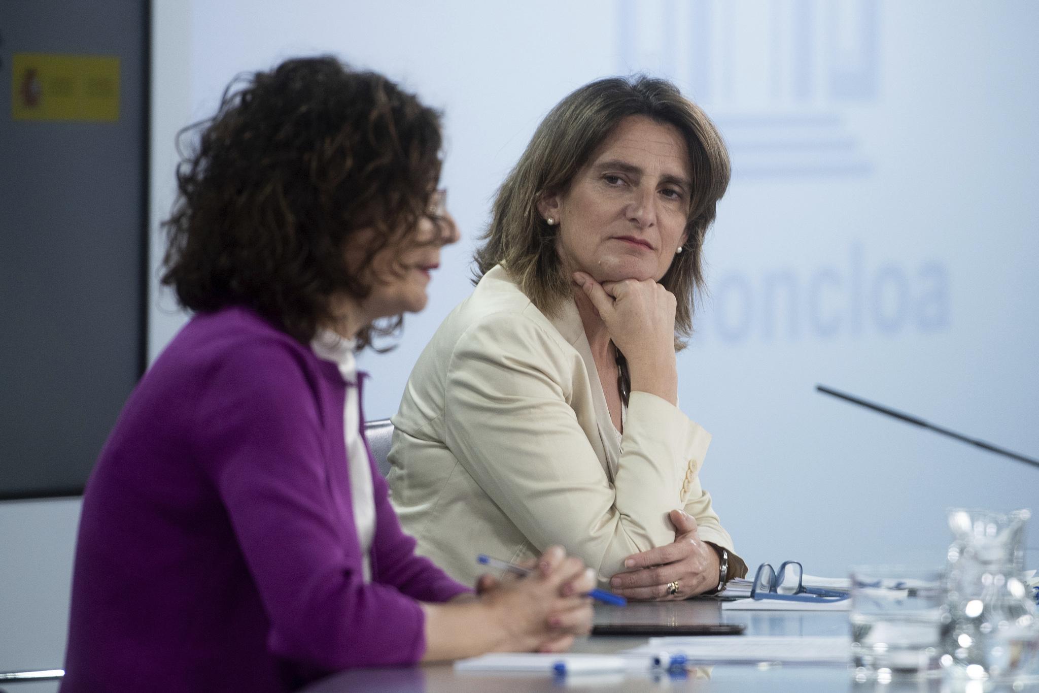 La ministra de Hacienda, María Jesús Montero, junto a la vicepresidenta de Transición Ecológica, Teresa Ribera.