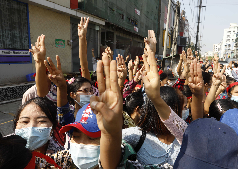 معترضین به حکومت نظامی در رنگ اعتراض کردند