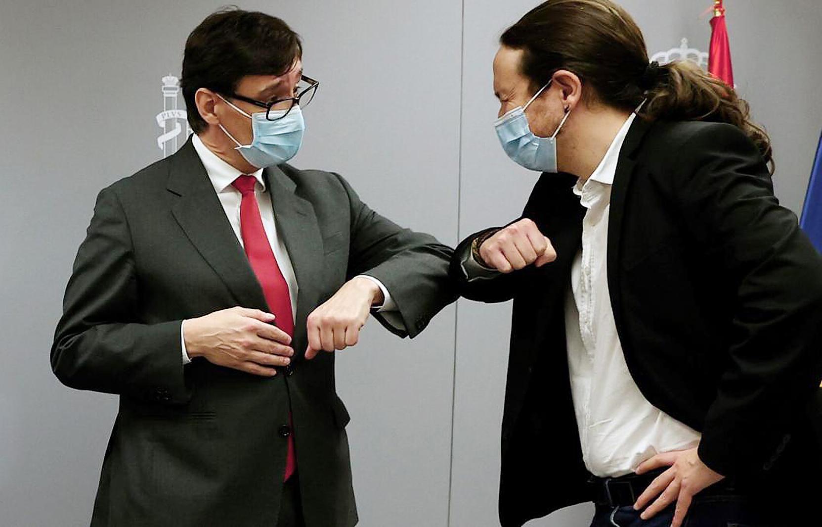 El candidato del PSC, Salvador Illa, saluda al vicepresidente Pablo Iglesias.