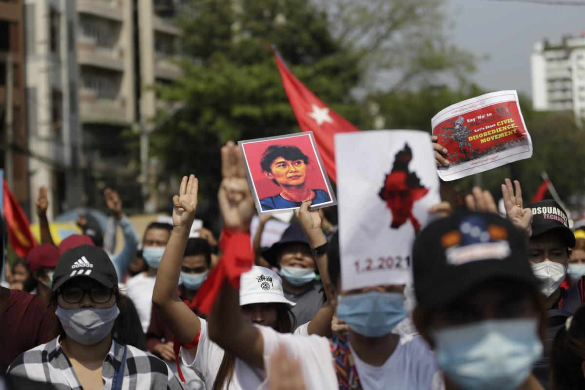 Miles de manifestantes salen a la calle en Rangún pese a la censura y las detenciones en Birmania