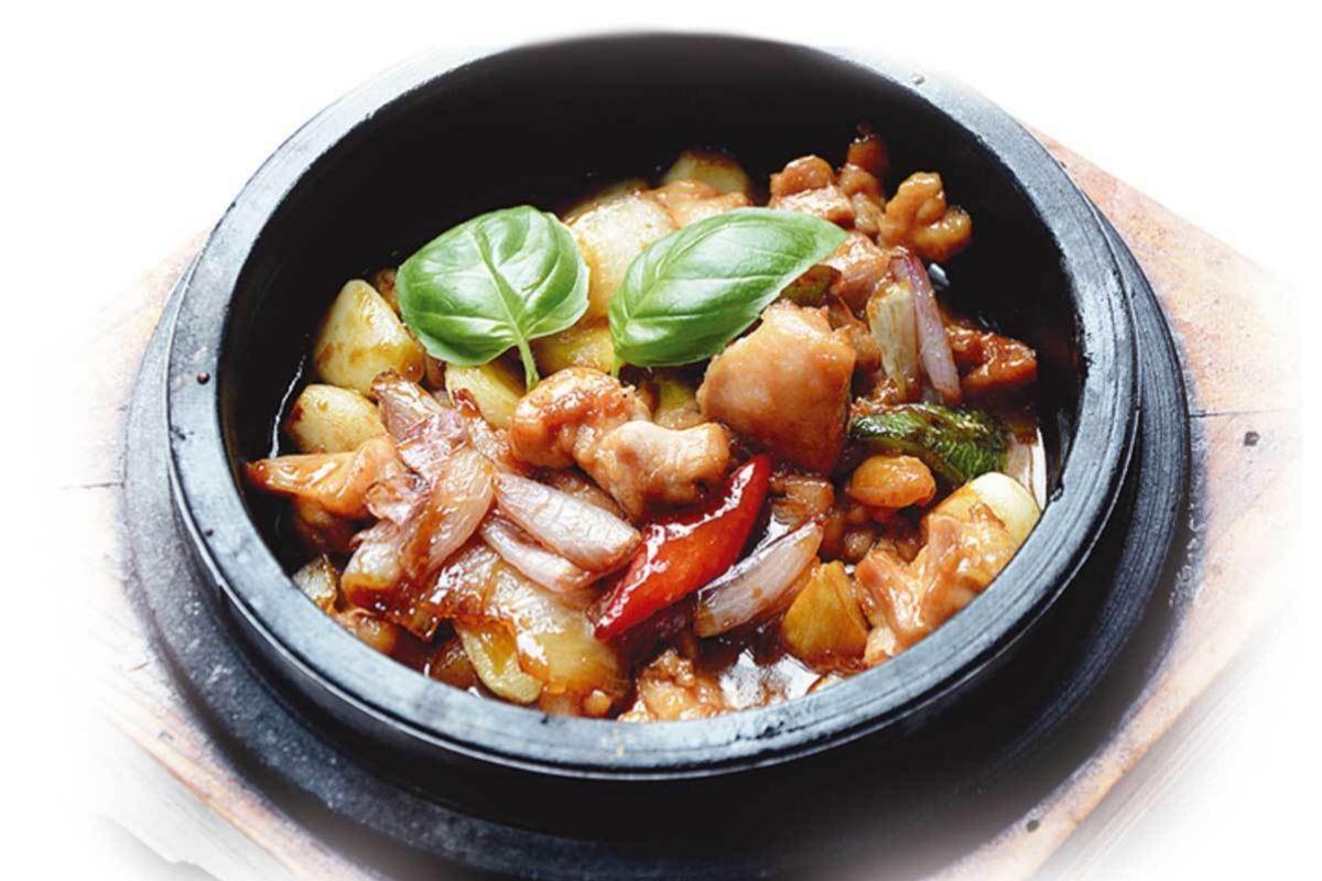 Cazuela de pollo con salsa cantonesa, de Casa Lafu.