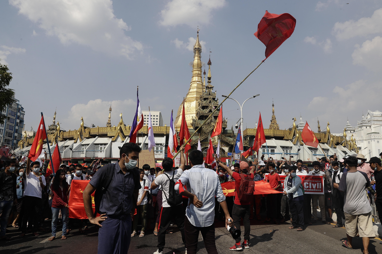 Manifestación prodemocrática en el centro de Rangún.