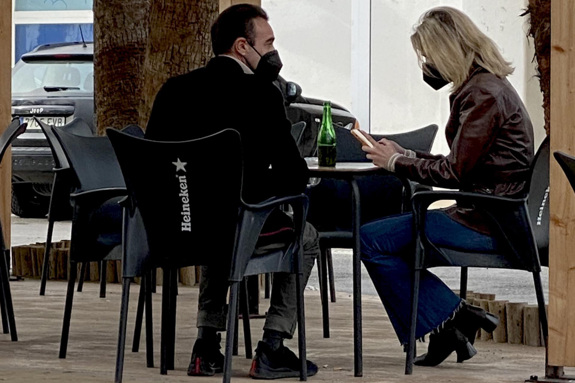 Enrique Ponce y Ana Soria, en una terraza de Almería.