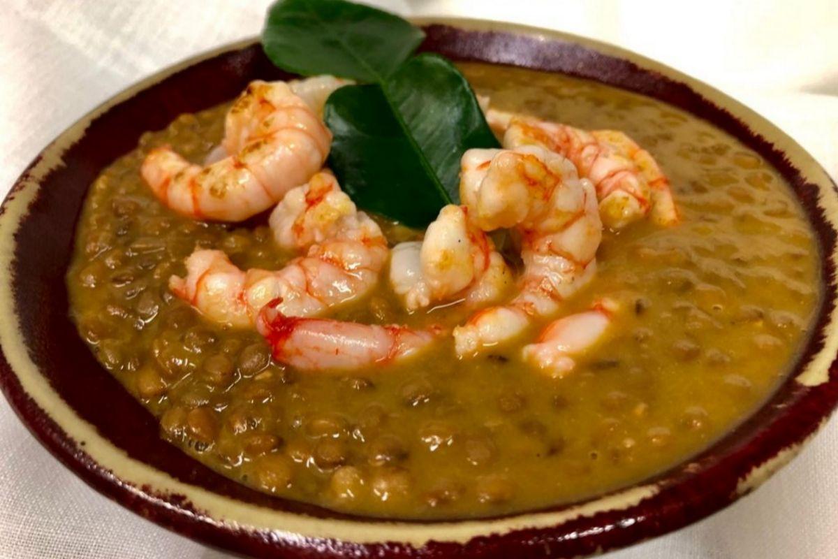 Lentejas al curry suave con gambas rojas de Levante, en Viridiana.