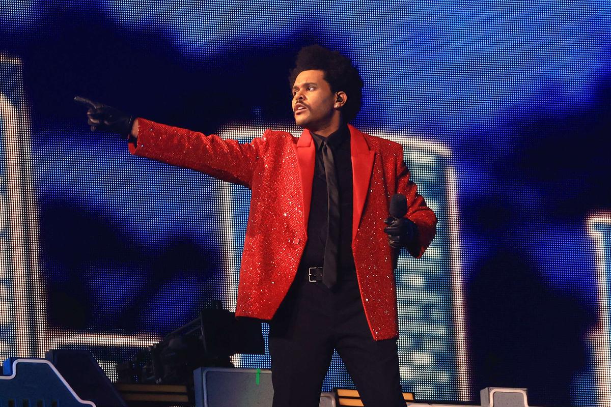 The Weeknd, con su brillante chaqueta roja, durante su actuación del domingo en la Super Bowl.