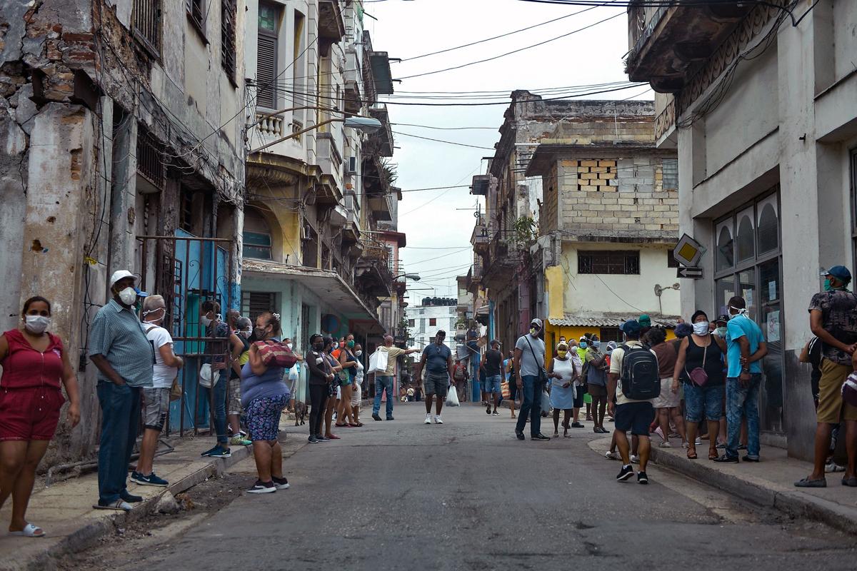 Cola para comprar comida en La Habana.