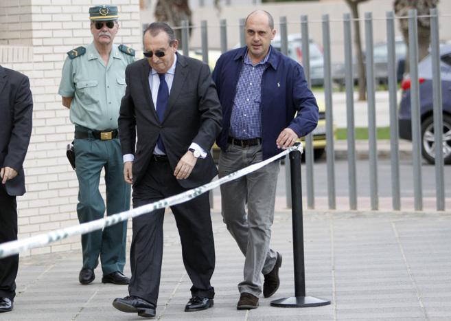 Carlso Fabra entrando en la Ciudad de la Justicia de Castellón.