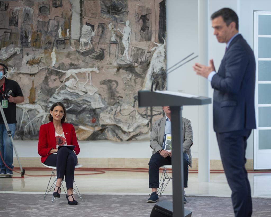 La ministra de Industria, Reyes Maroto, observa a Pedro Sánchez durante la presentación del Plan de Impulso al Automóvil.