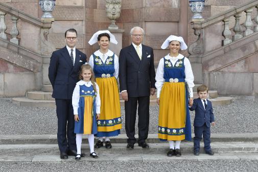 Familia en sintonía. El príncipe Daniel, la reina Silvia, el rey Carlos Gustavo, la princesa heredera Victoria, la princesa Estelle y el príncipe Oscar durante el día nacional de Suecia, en 2019.
