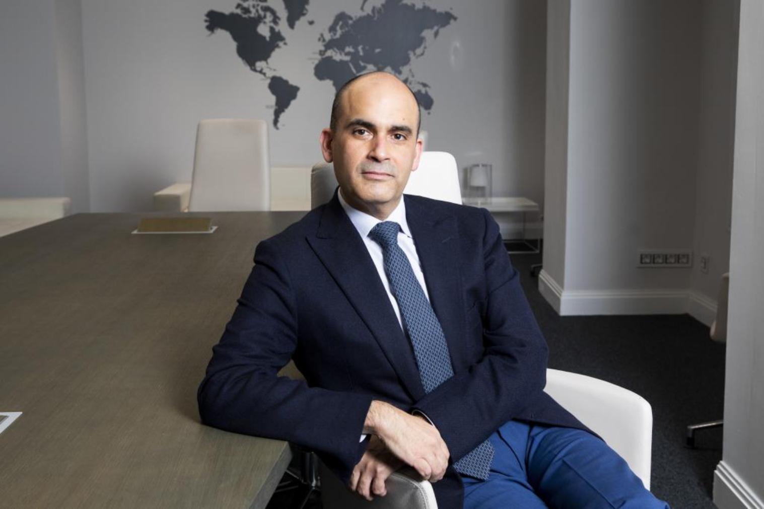 El consejero de Ibox Energy, Lamberto Camacho, posa en su oficina de Madrid.