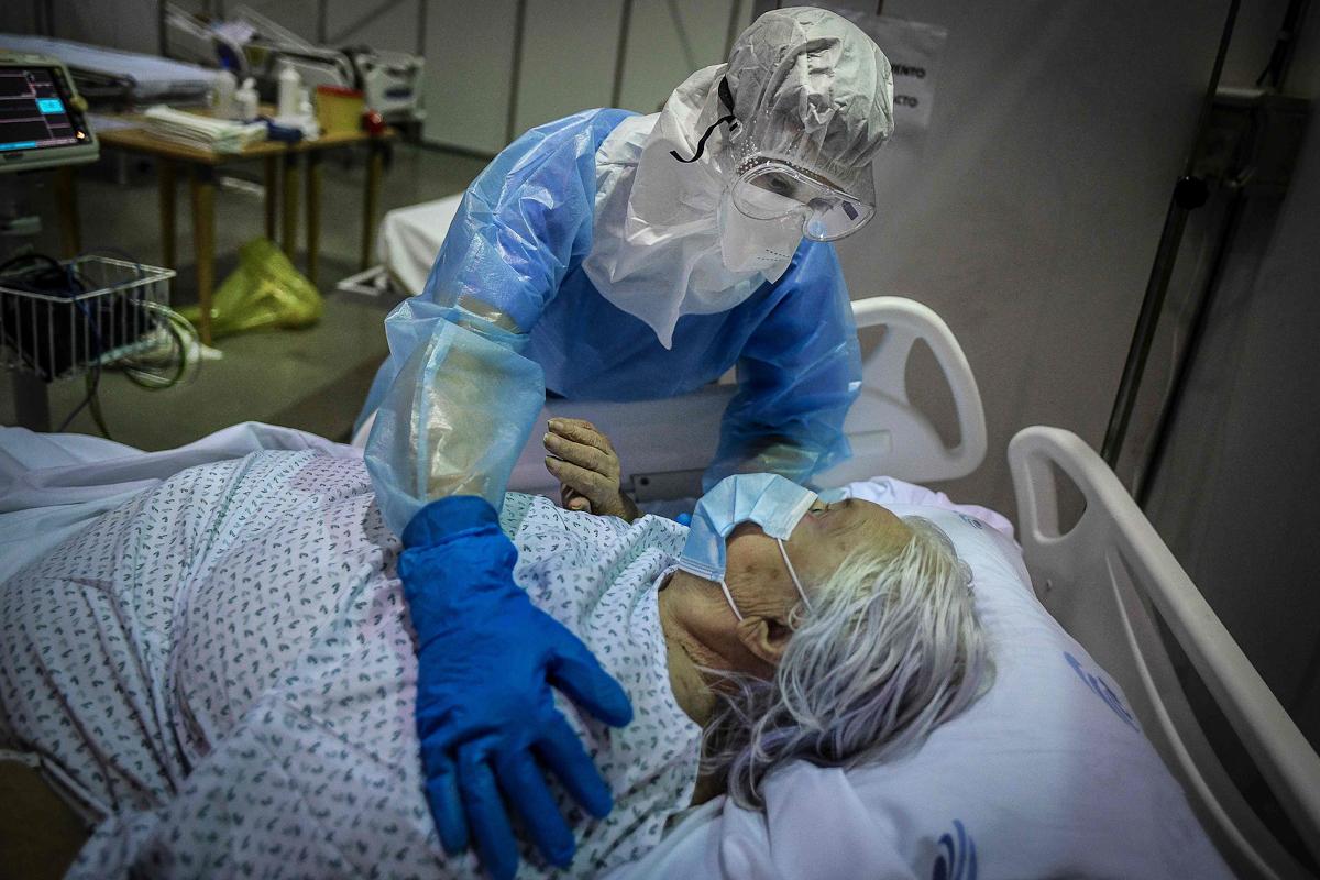 Una paciente en el hospital de campaña de Portimão (Portugal).