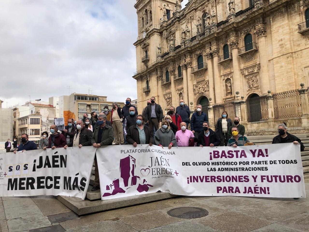 Concentración de dirigentes de Jaén Merece Más en la plaza de Santa María de Jaén.