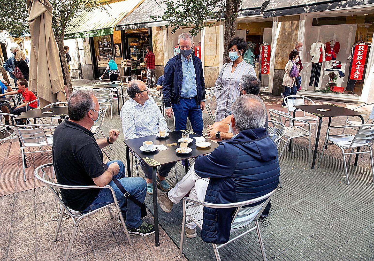 El 'lehendakari', Iñigo Urkullu, en una terraza del centro de Vitoria.