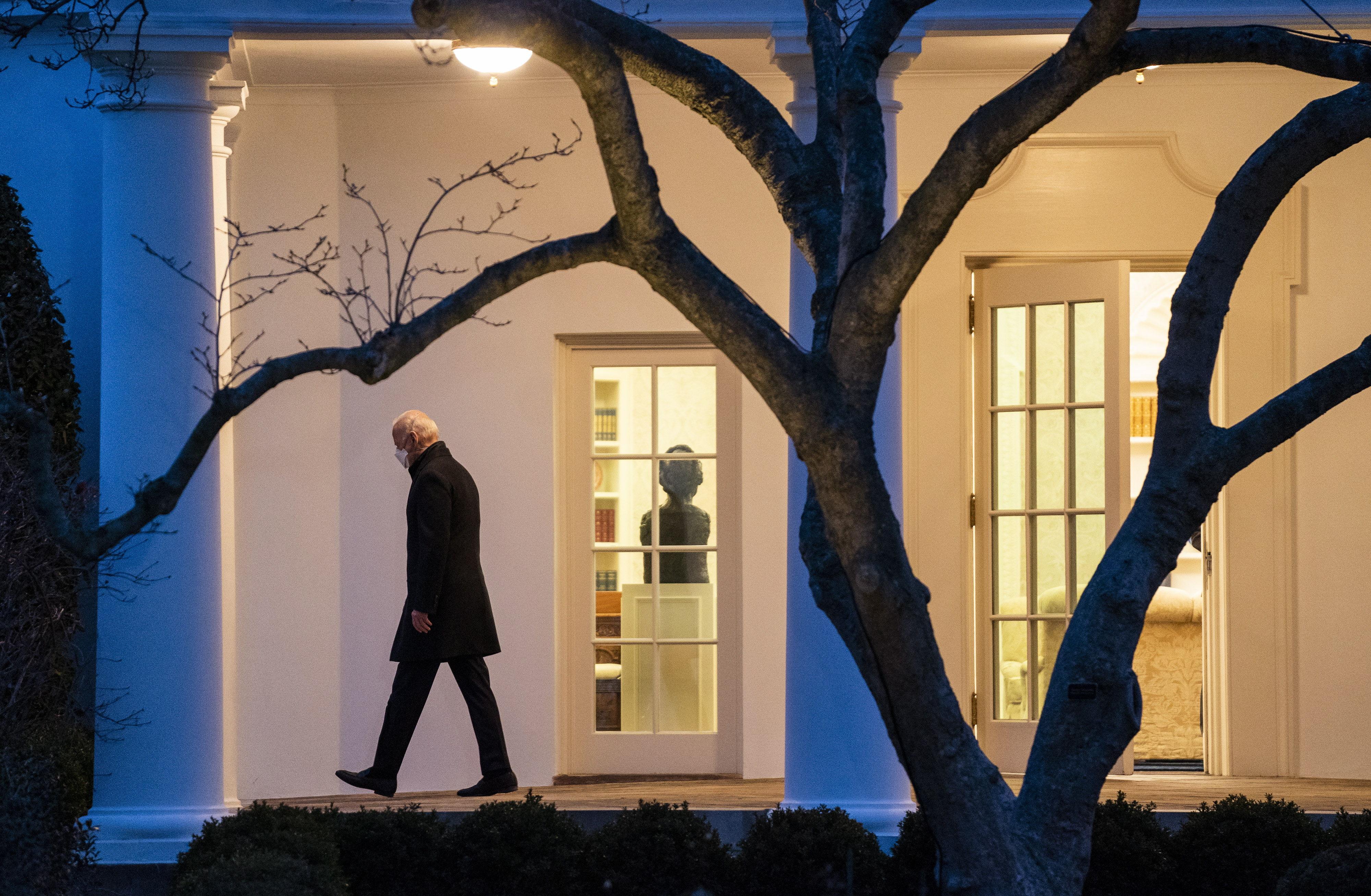 El presidente Joe Biden sale de la Casa Blanca.