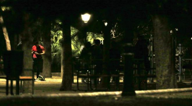 Jóvenes en un parque por la noche.