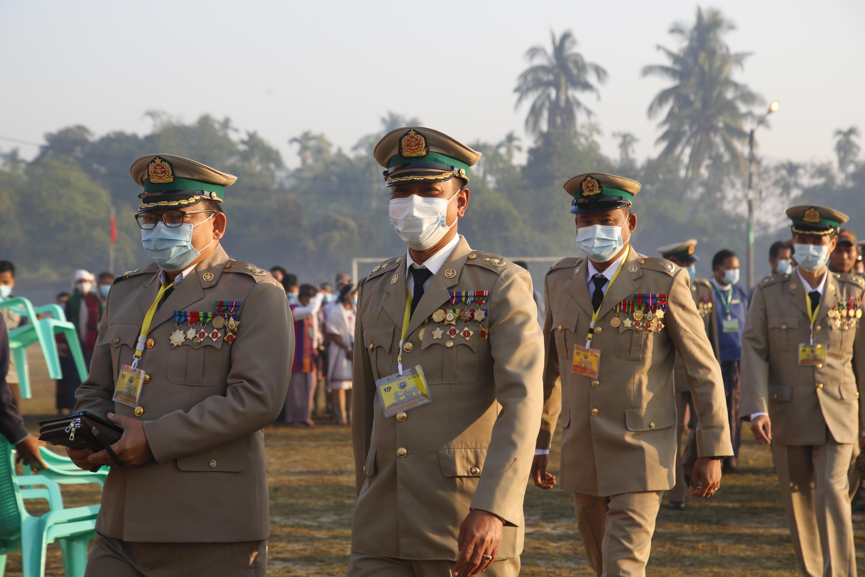 Militares en una ceremonia en Rangún.