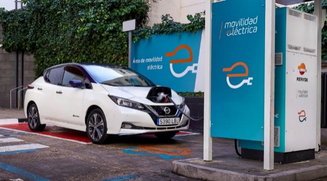 Los clientes de Nissan pagarán el 50% en la red de recarga pública de Repsol