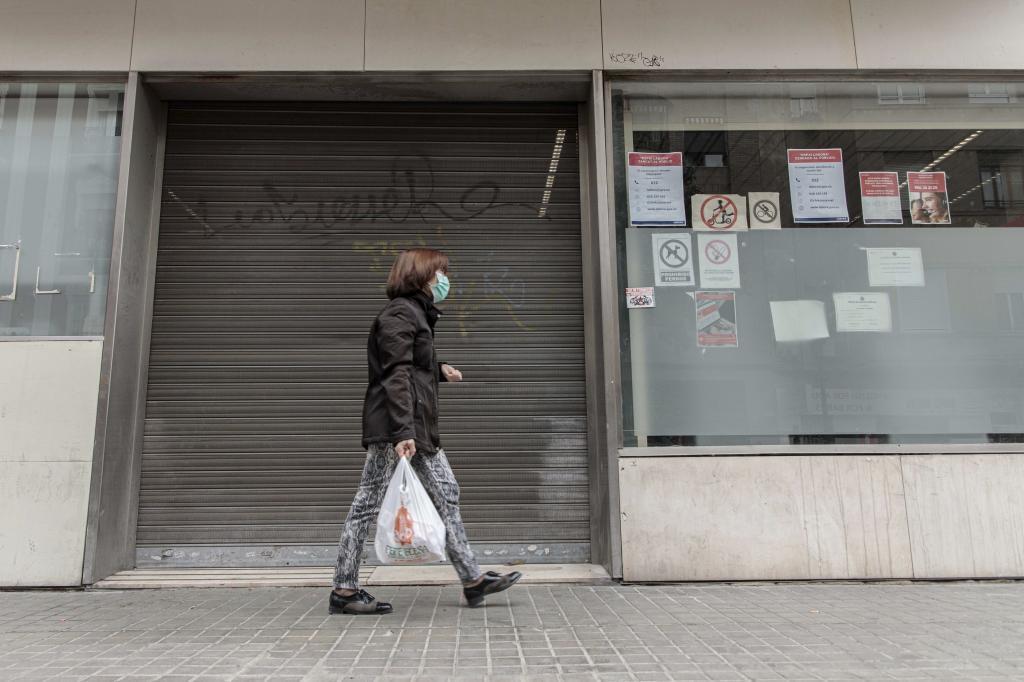 Oficina del Inem en Valencia cerrada al público la pasada primavera.