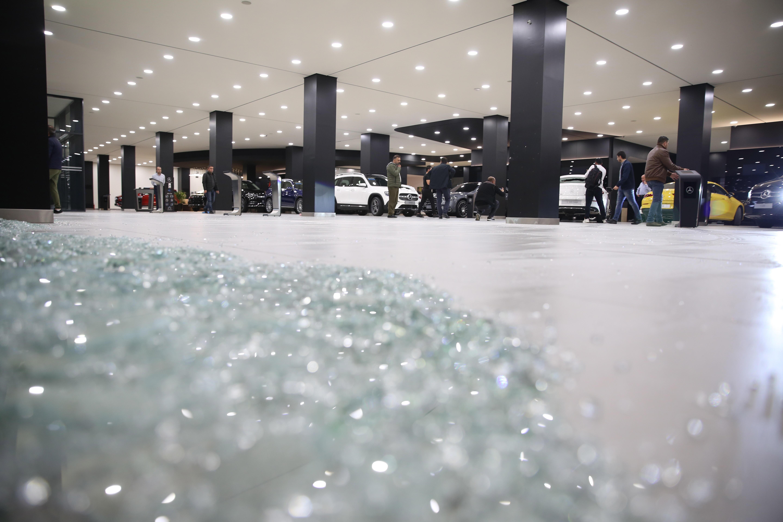 Cristales rotos en el aeropuerto de Erbil tras el ataque.